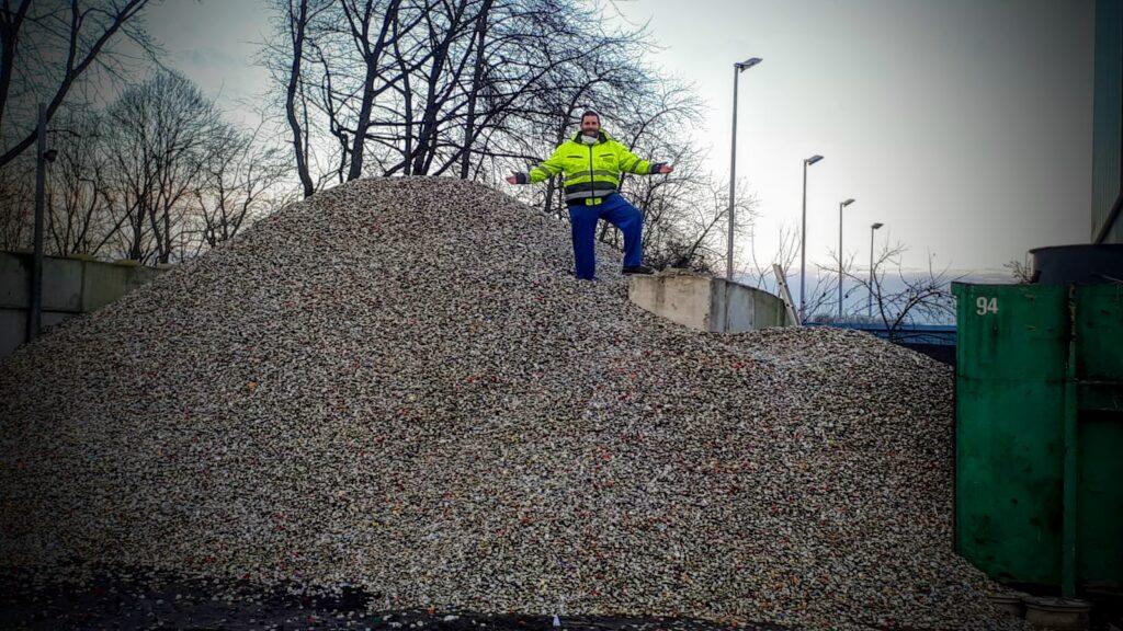 Ingo auf 50 Tonnen Kronkorken